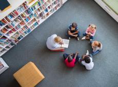 Leerkracht leest voor uit een boek